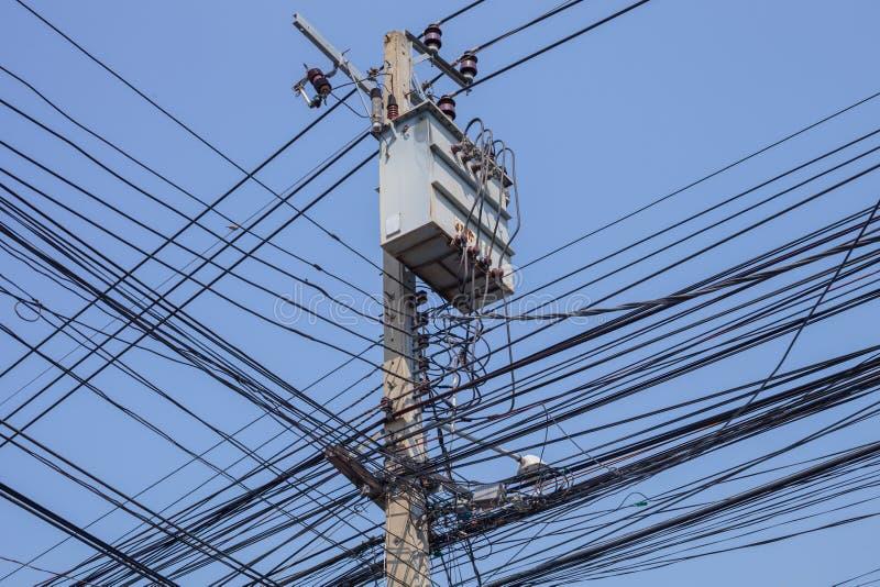 在岗位的交叉点使电缆复杂化 库存图片