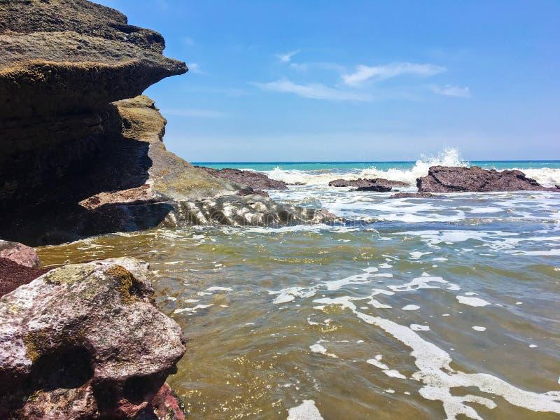 在岩层的波浪崩溃在La Tinosa厄瓜多尔 库存照片