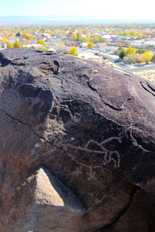 刻在岩石上的文字,刻在岩石上的文字国家历史文物,亚伯科基,新墨西哥 免版税库存图片