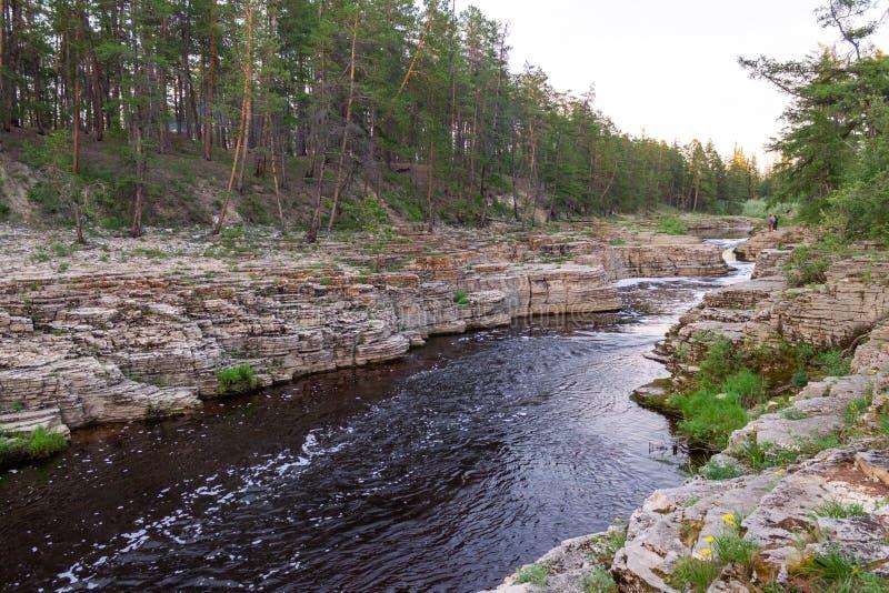 在岩石中的河 免版税库存照片