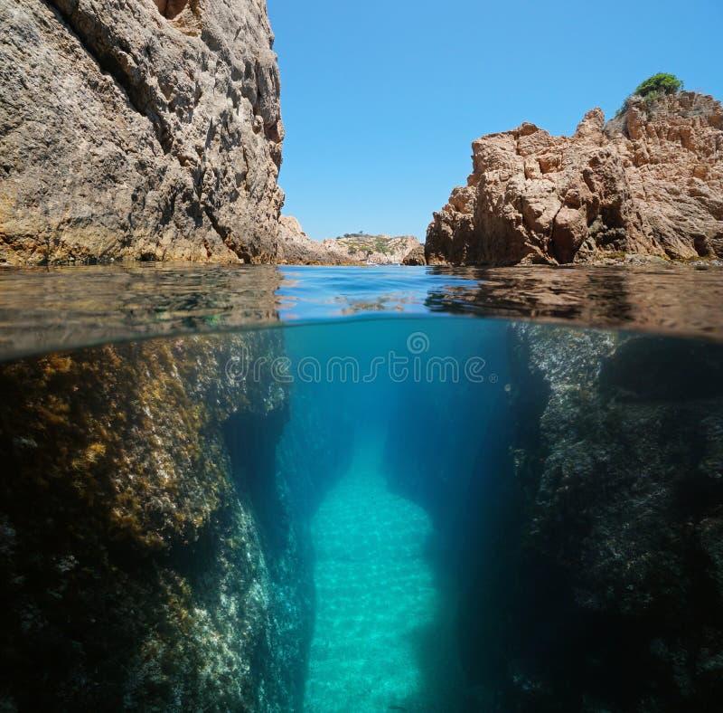 在岩石之间的狭窄的段落在下面水 免版税库存图片