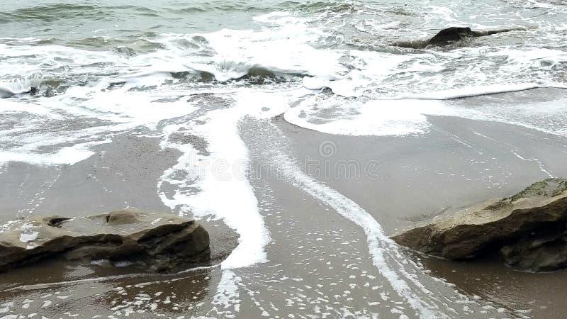 在岩石之间的流动的水 免版税库存照片
