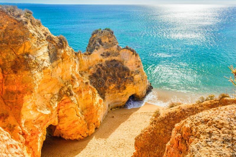 在岩石和峭壁中的美丽的沙滩在拉各斯,阿尔加威附近地区,葡萄牙 库存照片