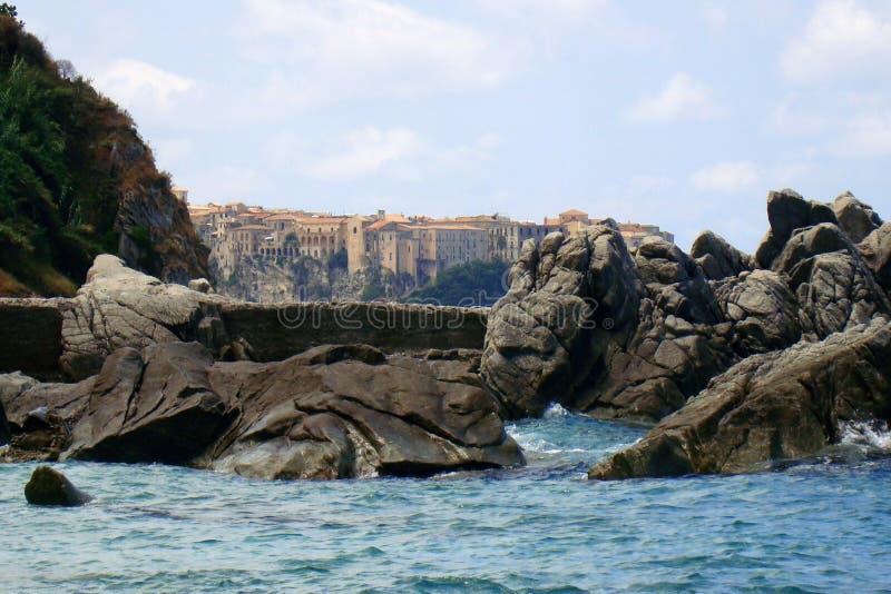在岩石和海之间的特罗佩亚 免版税库存图片