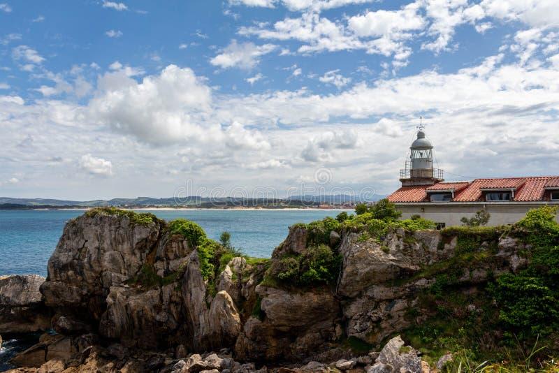 在岩石坎塔布里亚西班牙的桑坦德灯塔 库存照片