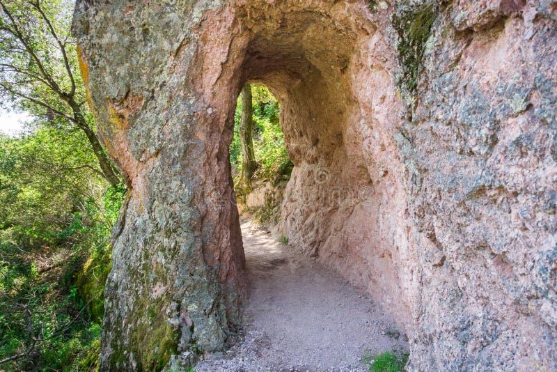 在岩石墙壁的赢得隧道,尖顶国家公园,加利福尼亚 库存图片