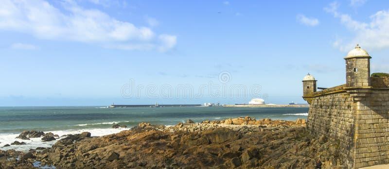 在岩石大西洋的乳酪的城堡全景和海浪在波尔图,葡萄牙沿岸航行 免版税图库摄影