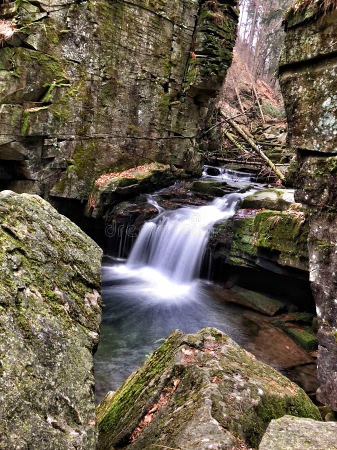在岩石山的beautifull瀑布 免版税库存照片