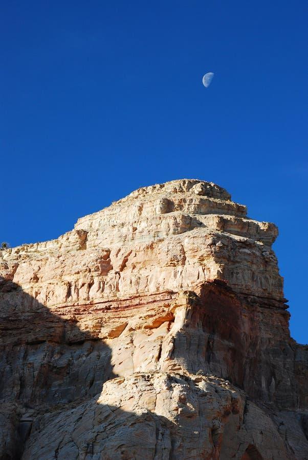 在岩石日出的沙漠月亮 免版税库存照片
