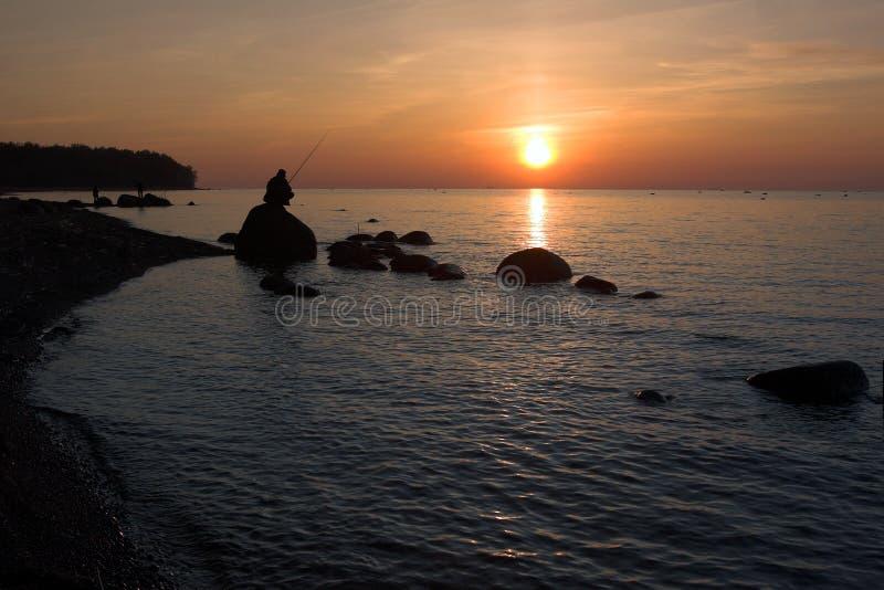 在岩石日落的海岸线 免版税库存图片
