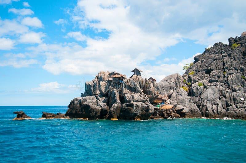 海岛_在岩石海岛,鸟巢海岛上的木村庄. 捕鱼, 小船.
