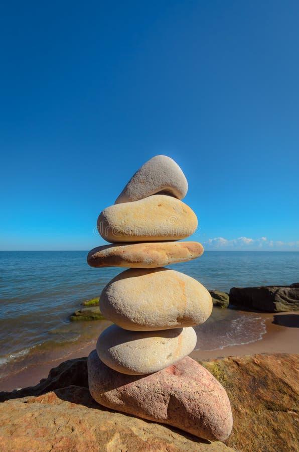 在岩石海岸的小卵石 免版税库存照片