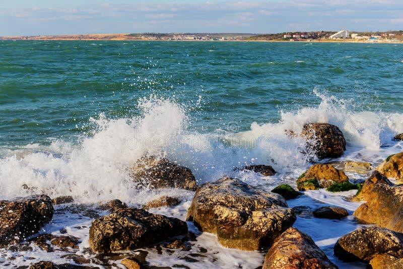 在岩石海岸的海浪 图库摄影