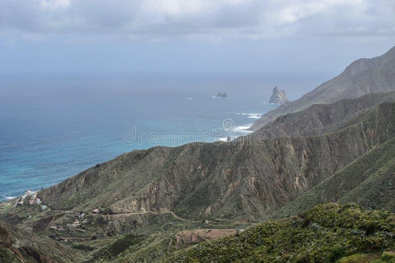在岩石海岸线的风景视图在Taganana vilage,特内里费岛,加那利群岛附近 库存照片