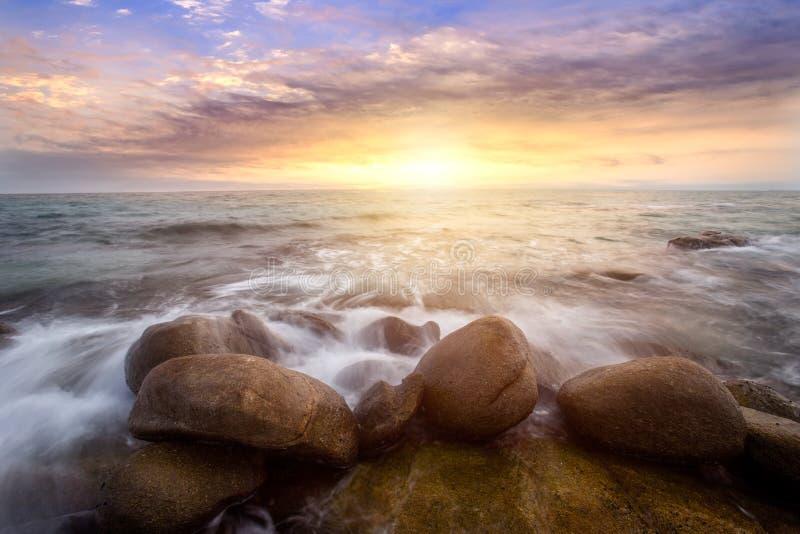在岩石海滩的风暴与剧烈的天空,日落, Larn hin khao, Rayong,泰国长的曝光在海的 库存图片