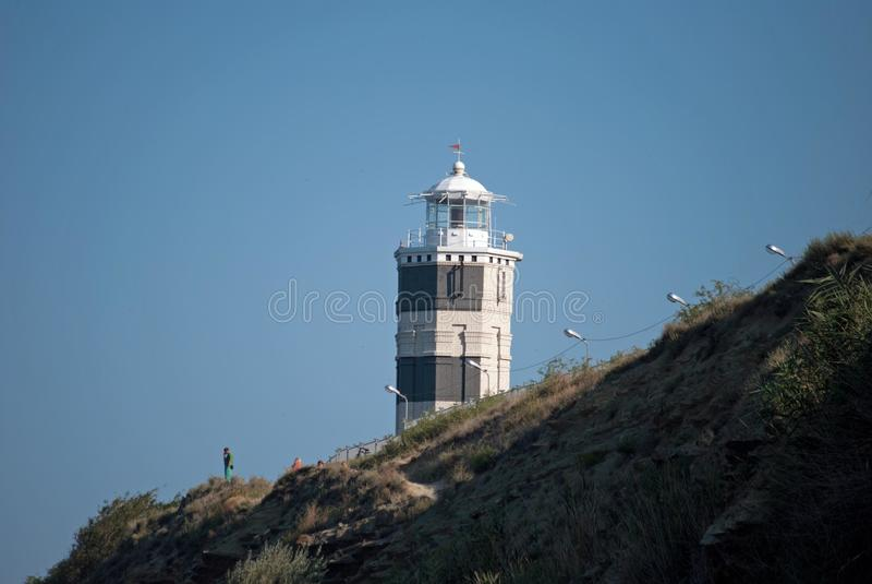在岩石海滨的灯塔 库存图片