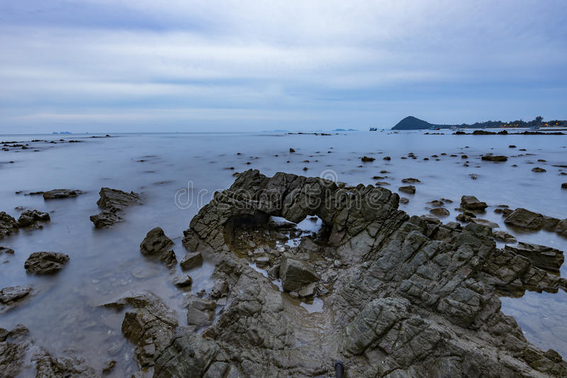 在岩石海滩的软和光滑的波浪 免版税库存图片