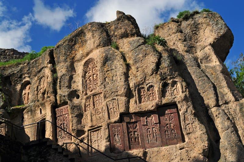 在岩石的十字架,在Geghard修道院里  图库摄影