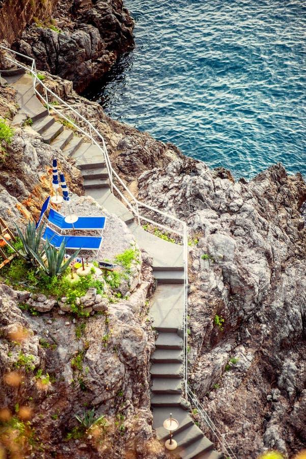 在岩石的台阶向地中海 库存图片