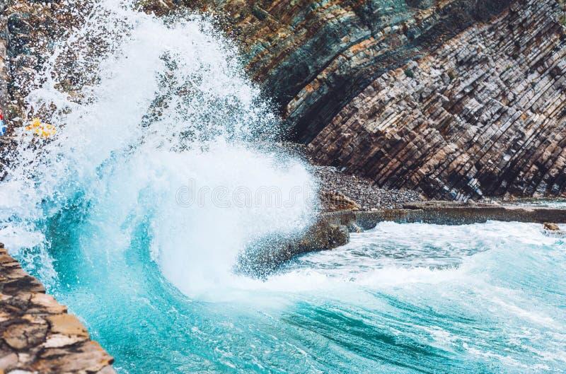 在岩石的大波浪敲打 免版税库存照片