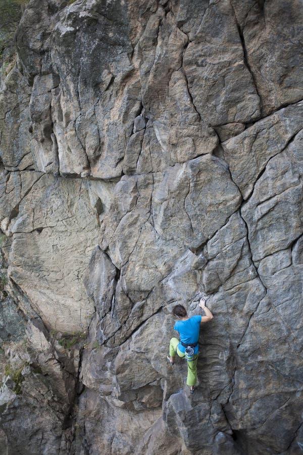 在岩石的女孩攀登 库存图片