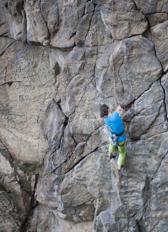 在岩石的女孩攀登 免版税图库摄影