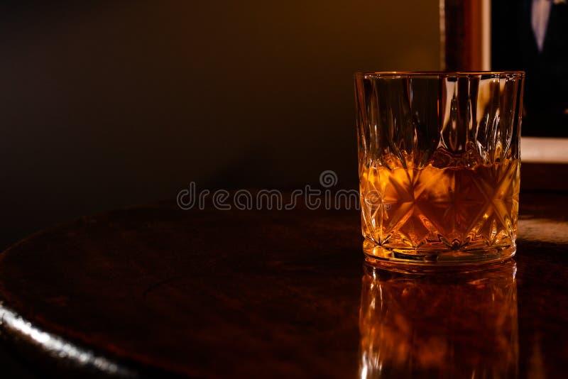 在岩石的威士忌酒在一个水晶翻转者 免版税库存照片