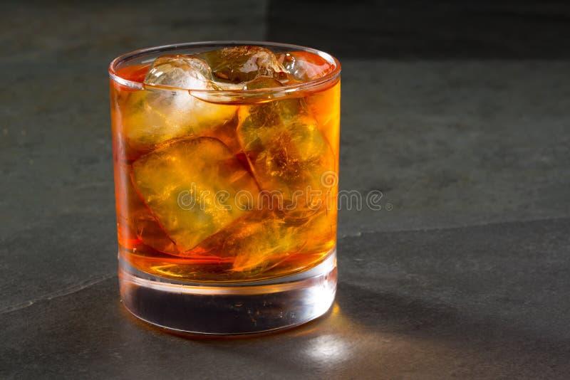 在岩石的威士忌酒威士忌酒在玻璃 免版税库存图片