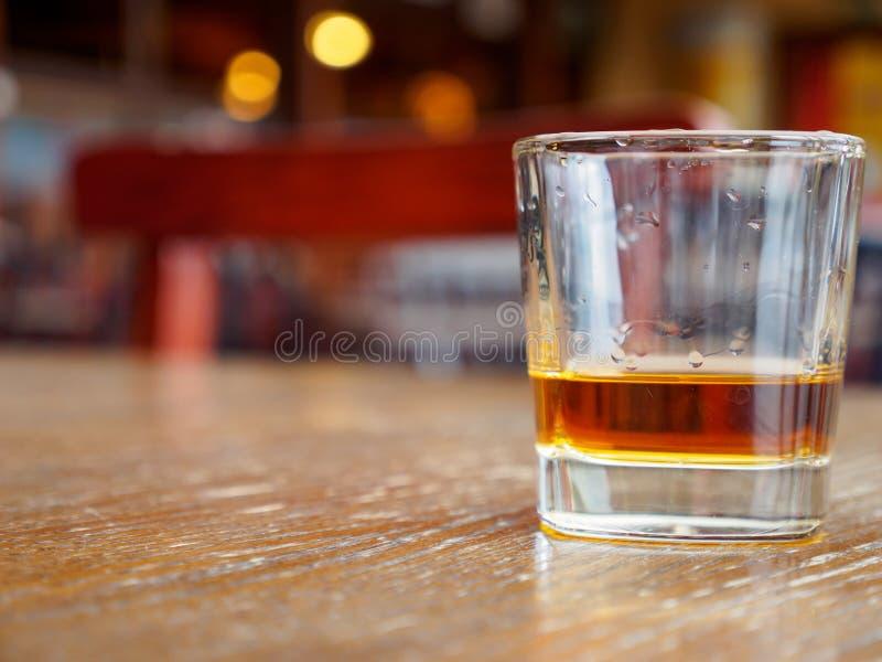 在岩石的威士忌酒玻璃在客栈,蒙特勒,瑞士 库存图片