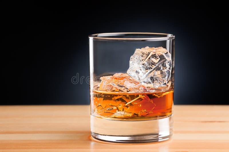在岩石的威士忌酒 图库摄影