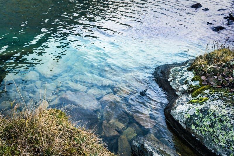 在岩石的山小河 库存图片