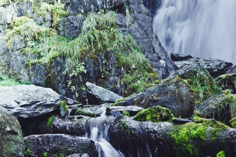 在岩石的山瀑布 免版税库存照片