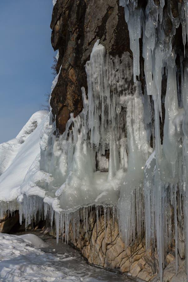 在岩石的巨大的冰柱 美好的冬天风景在贝加尔湖 库存照片