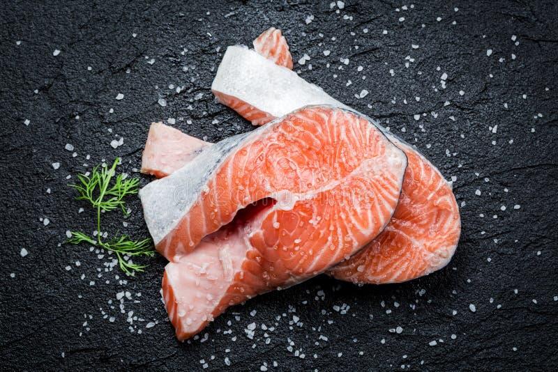 在岩石的新鲜的未加工的三文鱼 免版税库存图片