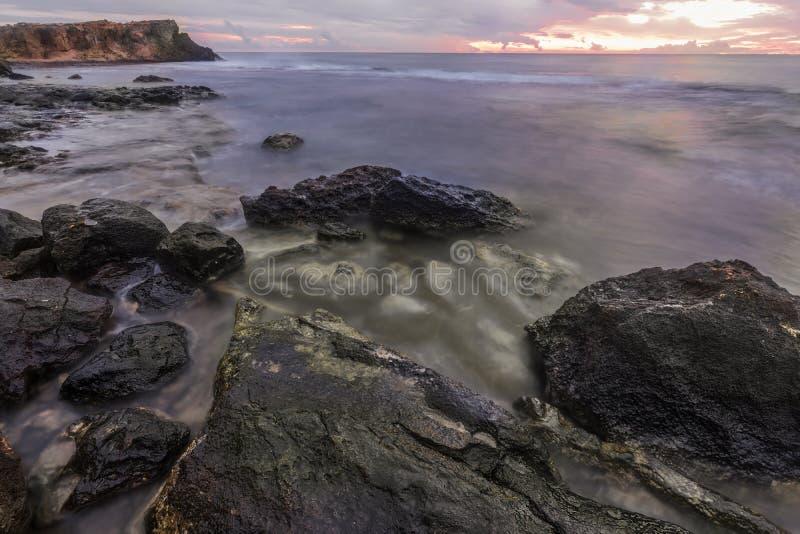 在岩石的日出 钓鱼地中海净海运金枪鱼的偏差 库存图片