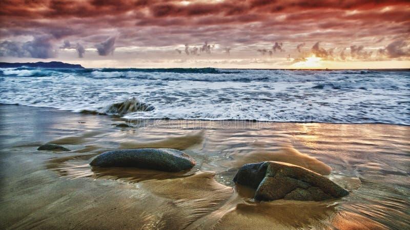 在岩石的日落 免版税库存照片