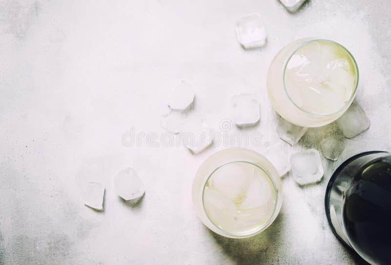 在岩石的欢乐酒精鸡尾酒Prosecco与干燥Sparkl 免版税库存图片