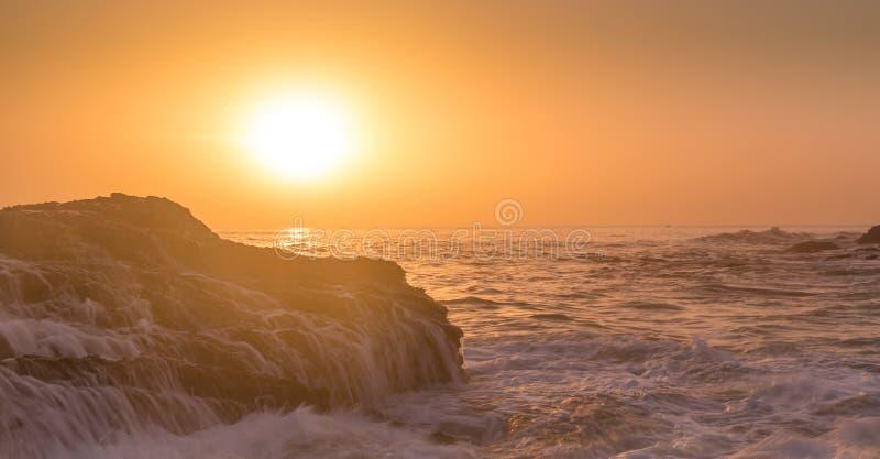 在岩石的水在日出 库存照片