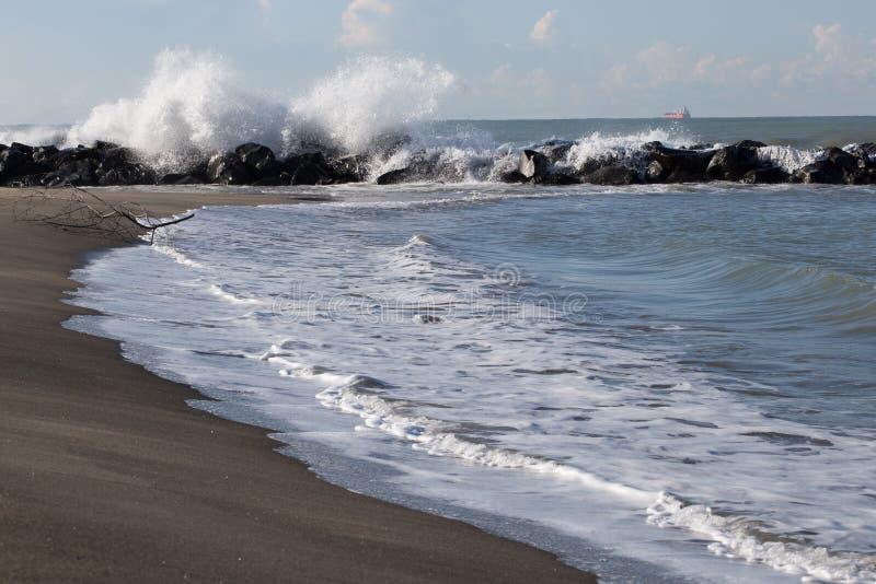 在岩石的波浪在意大利海 库存图片