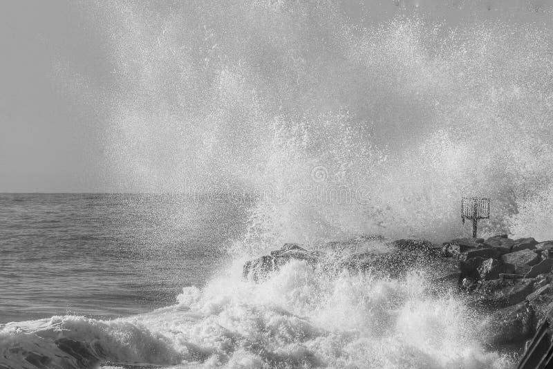在岩石的波浪断裂 免版税库存图片