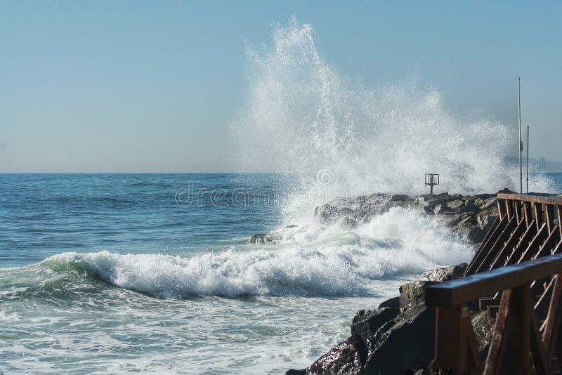 在岩石的波浪断裂 库存照片