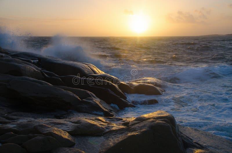 在岩石的波浪 库存照片
