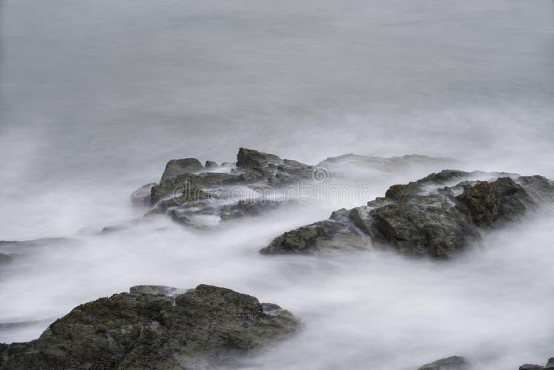 在岩石的海浪在峭壁步行在罗德岛州 免版税图库摄影