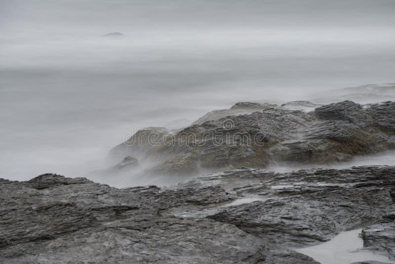 在岩石的海浪在峭壁步行在罗德岛州 库存图片