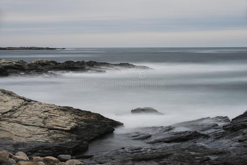 在岩石的海浪在峭壁步行在罗德岛州 免版税库存照片