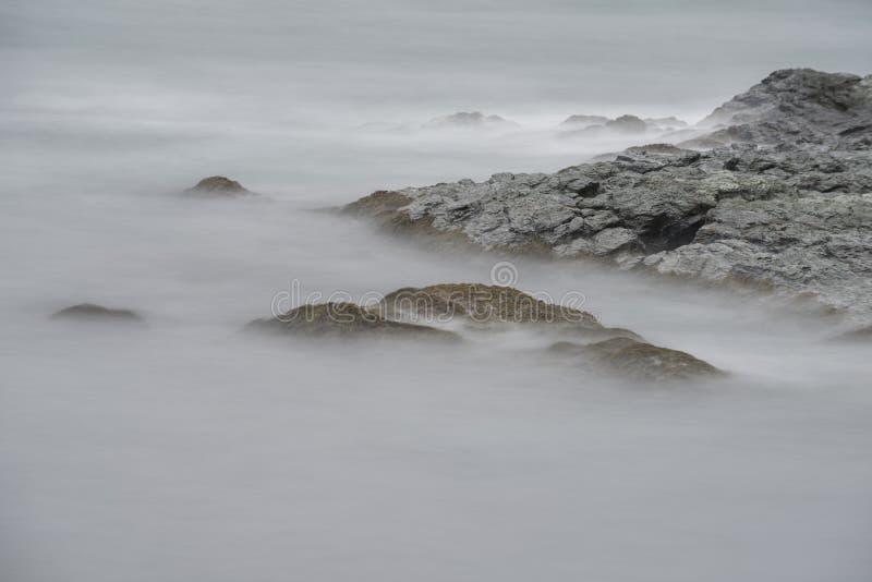 在岩石的海浪在峭壁步行在罗德岛州 免版税库存图片