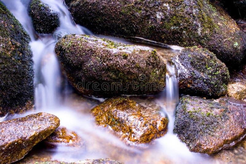 在岩石的瀑布 免版税库存图片