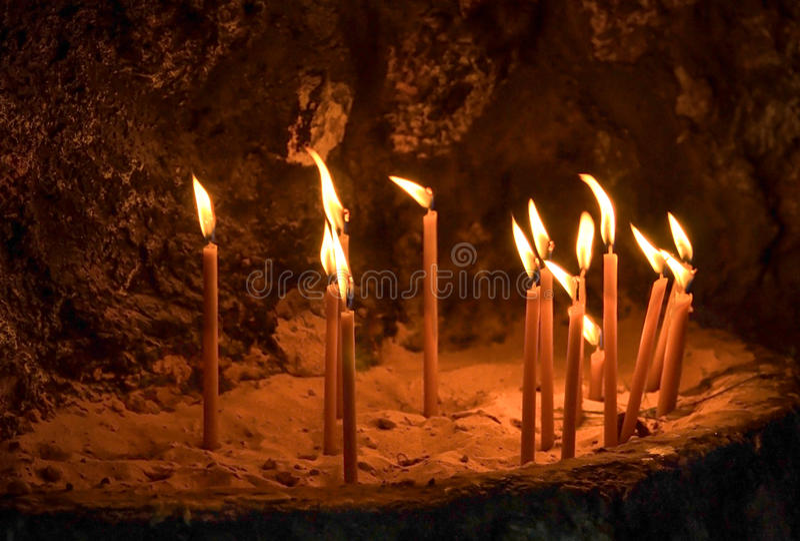 在岩石的照明设备蜡烛 免版税库存照片