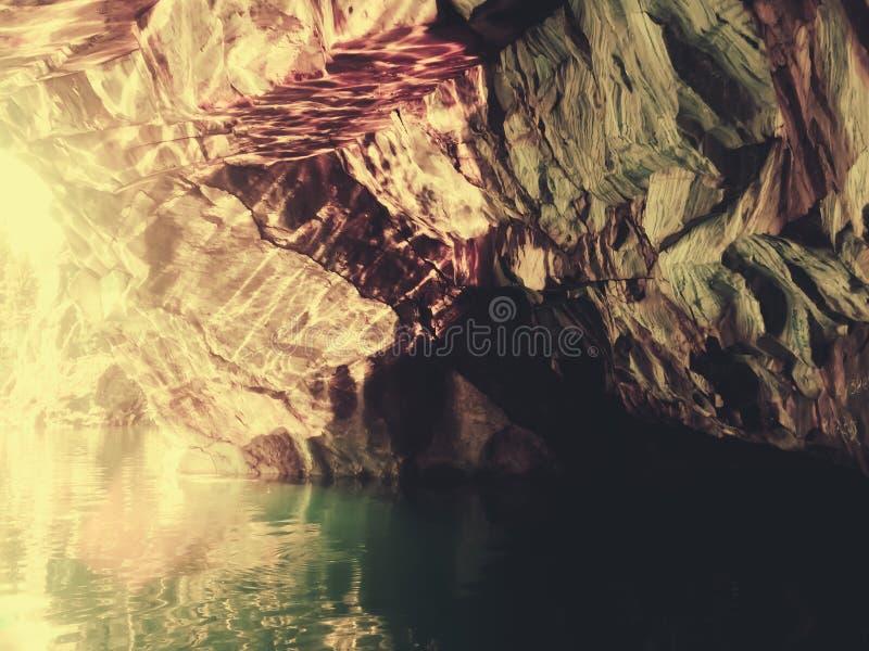 在岩石的片断的下河 库存照片