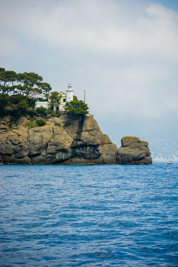 在岩石的白色灯塔 库存图片